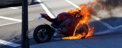 Un Panigale V4 ia foc la semafor