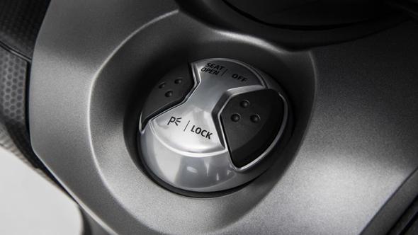 2015-Yamaha-T-MAX-ABS-EU-Moon-Silver-Detail-016_tcm219-592459