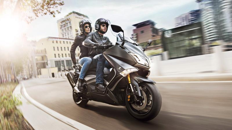 2015-Yamaha-T-MAX-SPECIAL-EU-Liquid-Darkness-Action-003_resize