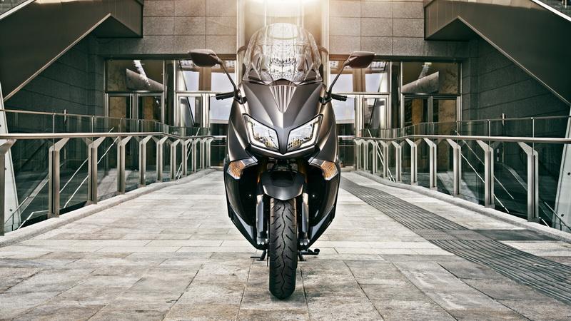 2015-Yamaha-T-MAX-SPECIAL-EU-Liquid-Darkness-Static-005_resize