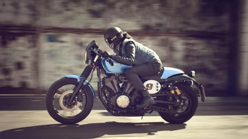 2015-Yamaha-XV950CR-EU-Glacier-Blue-Action-002