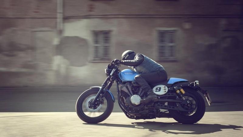 2015-Yamaha-XV950CR-EU-Glacier-Blue-Action-004
