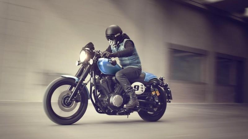2015-Yamaha-XV950CR-EU-Glacier-Blue-Action-005