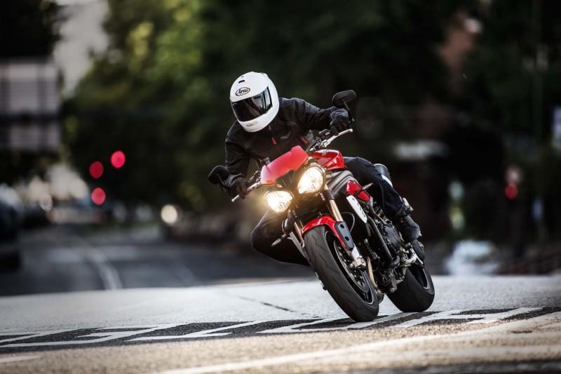 2016-Triumph-Speed-Triple-02