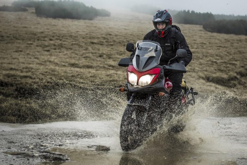 Suomy MX Tourer + Suzuki V-Strom 650 XT = combinația gata de aventură